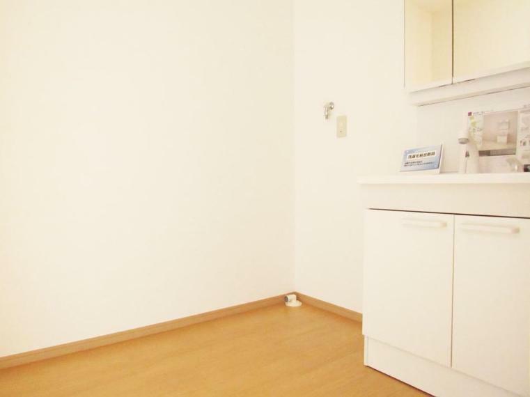 洗面化粧台 内装・建具・設備を新品交換した洗面脱衣室! 清潔感のあるデザインに。