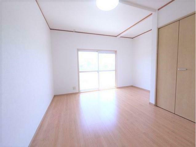 洋室 玄関横の洋室! 元は和室ですが押入れをクローゼットに変更し洋室に生まれ変わりました。