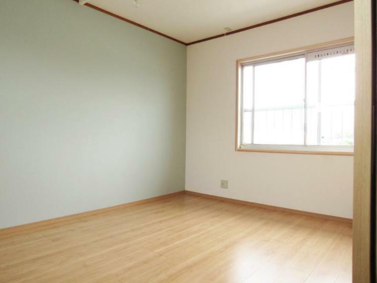 寝室 2階の寝室! 和室を洋室に変更しました! アクセントクロスもおしゃれですね。