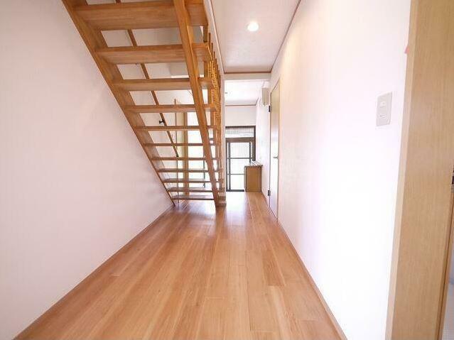 階段の蹴込み板がないので廊下がいつも明るいです! 手すりも付いているので昇り降りも安心。