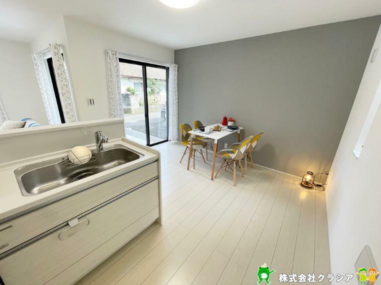 居間・リビング 開放感のあるキッチンは家族とおしゃべりをしながら楽しく料理がつくれます(2021年9月撮影)