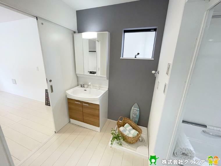 洗面化粧台 鏡の後ろは収納スペースになっています。散乱しやすい小物もすっきりさせることができるのは嬉しいですね(2021年9月撮影)