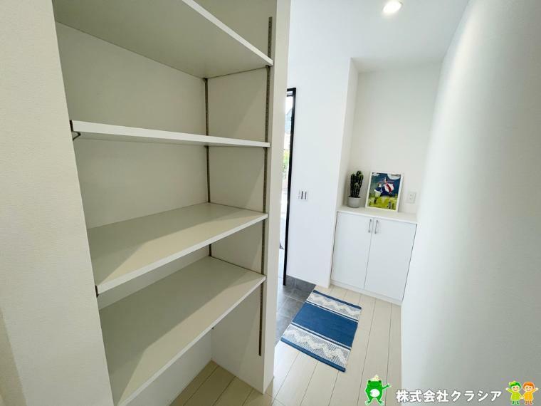 収納 廊下に収納スペースがあります。可動棚なのでお好きな空間にできますよ(2021年9月撮影)