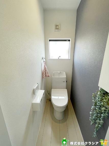 トイレ 1階トイレです。正面に窓があるので自然な光が射し込みますよ。換気もすぐできますね。(2021年9月撮影)