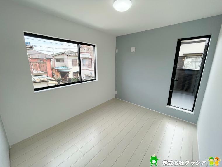洋室 居室南東側5.3帖洋室です。2面採光は明るさだけでなく風通しも良好です(2021年9月撮影)