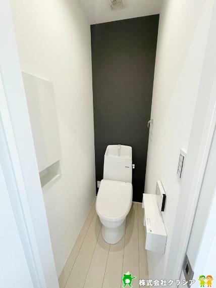 トイレ 2階トイレです。壁には収納スペースがあり、トイレットペーパーや芳香剤などを置くのに便利ですね(2021年9月撮影)