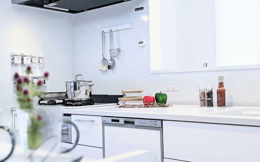 同仕様写真(内観) 施工例■ガラストップコンロ・食洗器付きでお手入れのしやすいキッチン。清潔感のあるホワイトを基調とした飽きの来ないデザインです。