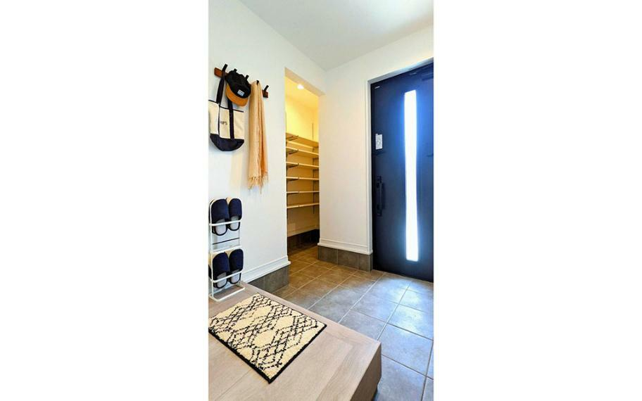 同仕様写真(内観) 施工例■大きめに取った玄関には、シューズクロークを設けました。靴以外の物も収納でき、いつも綺麗な玄関周りを保つことができます