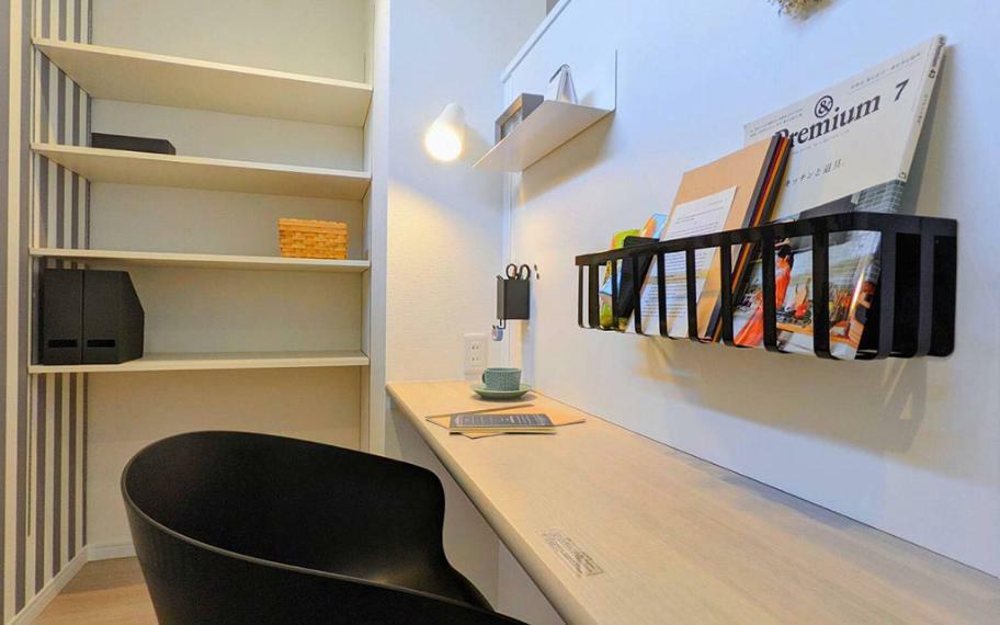 同仕様写真(内観) 施工例■キッチンのすぐそばに設けたワークスペース。家事をより効率的にするための役立つスペースです。さらに、LDKからは見えないので掃除用具や買い置きを隠すスペースにもなります。