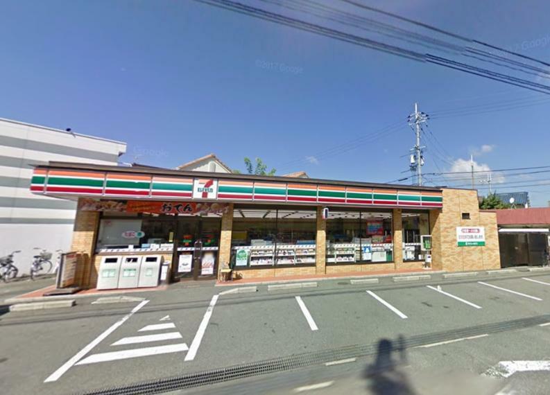 コンビニ セブンイレブン 茨木竹橋町店■24時間365日いつでも買い物に行けるのは助かりますよね。商品も品揃え豊かです。