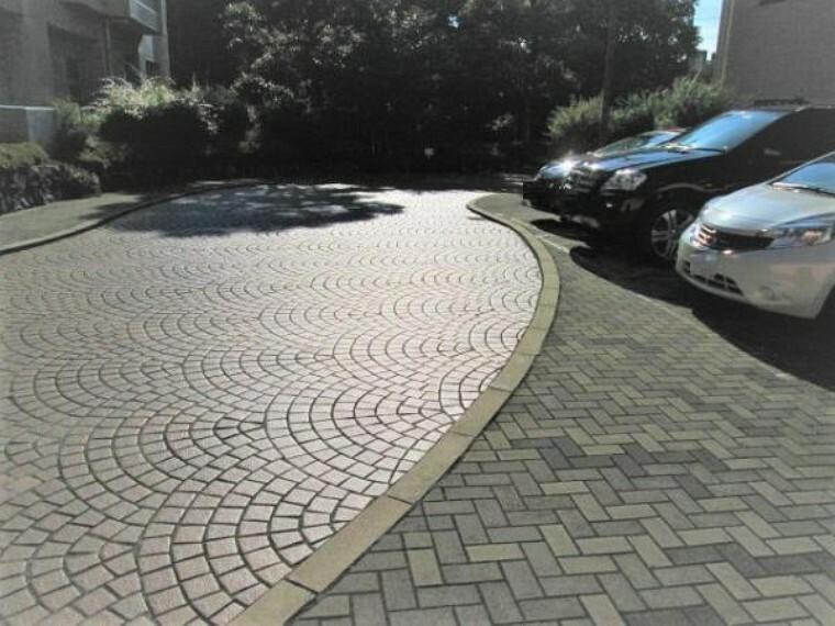 駐車場 ゆったりとした敷地内駐車場で駐車もらくらく!
