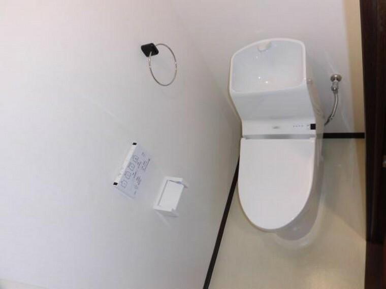 トイレ 【同仕様写真】トイレは温水洗浄機能付きに新品交換します。表面は凹凸がないため汚れが付きにくく、継ぎ目のない形状でお手入れが簡単です。節水機能付きでお財布に優しい商品です。