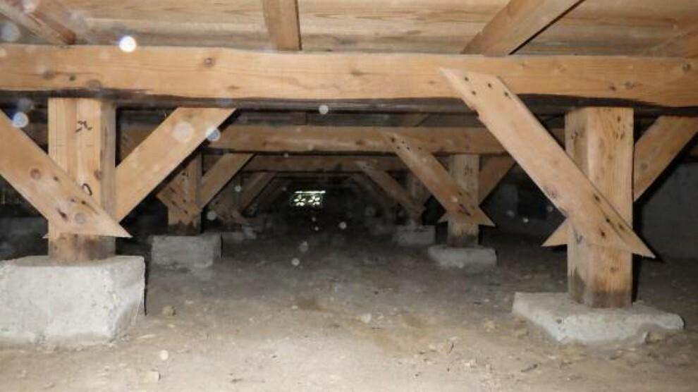 中古住宅の3大リスクである、雨漏り、主要構造部分の欠陥や腐食、給排水管の漏水や故障を2年間保証します。その前提で床下まで確認のうえでリフォームし、白アリの被害調査と防蟻工事もおこないます。