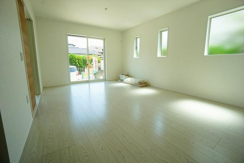 居間・リビング 優しい光が常時入るリビング。和室と繋げると20帖以上の広々とした空間になります。