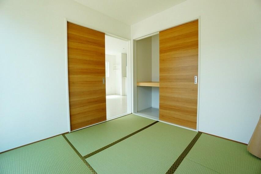 居間・リビング リビング隣には、ホッとできる和室を用意。お子様のお昼寝スペースや書斎としてなど、いろいろとお使い頂けます。