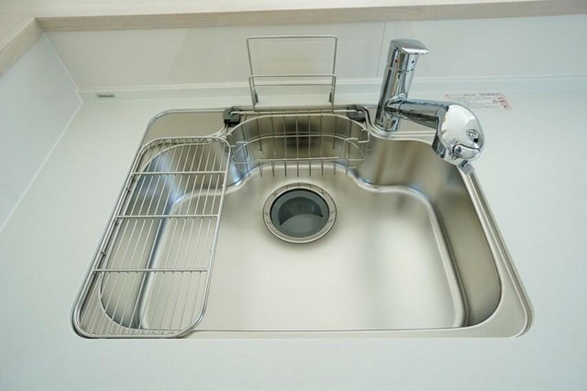 キッチン 大きめの鍋も洗える使い勝手の良い異形シンク。水はねの音や食器が当たる音を大幅に軽減する静音仕様です。