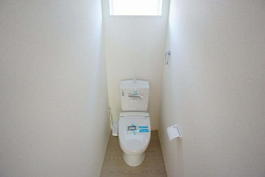 トイレ ウォシュレット付トイレです。節水機能もあるので、安心して使えますね。もちろん、1階2階の2ヶ所にトイレがあるので、忙しい朝にもゆとりができますね。