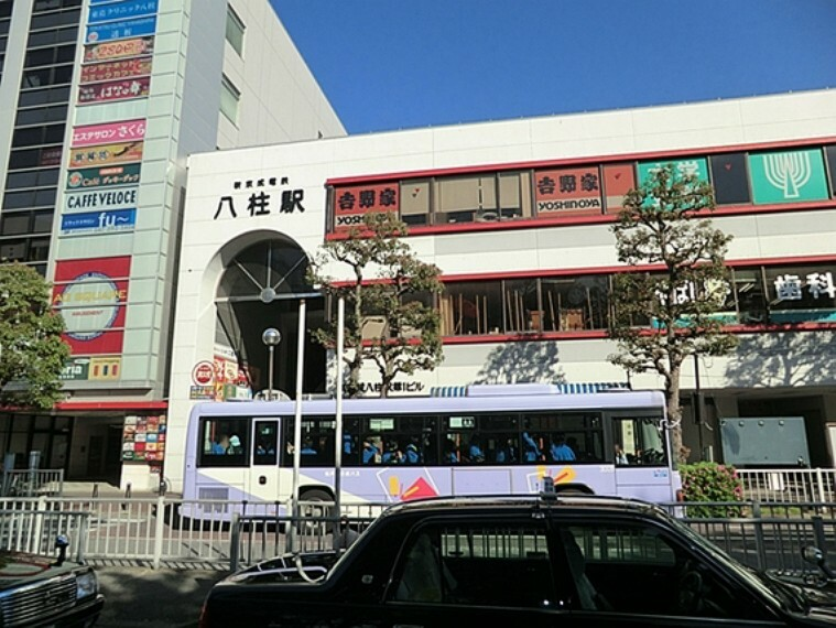 武蔵野線新八柱駅と合わせると松戸市内の駅では乗降客数が松戸駅に次いで2番目に多い。武蔵野線との乗り換え客よりも、周辺住宅地住民の利用の方が多い。
