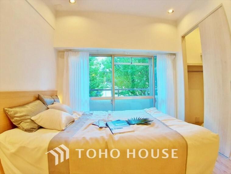 寝室 【room】窓をあけるとお部屋に通り抜ける清々しく心地よい冷涼なそよ風がこの空間を涼しくしてくれる。風通しの良さは人にとっても家にとっても健康的で気持ちいいものです。