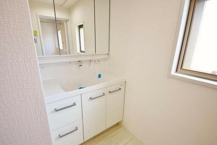 洗面化粧台 洗面台には三面鏡を採用。鏡の後ろに収納スペースを設ける事により洗面台周りもすっきりします。
