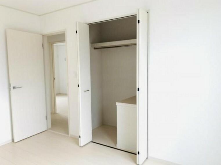 洋室 大きなクローゼットは嵩張る衣類もスッキリ収納できます!