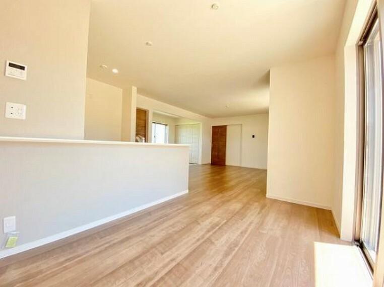 居間・リビング リビングのフローリング材には、木目や色調など木材特有の風合いがあり、ナチュラルな美しさで、日々の生活に温もりを与えてくれます。