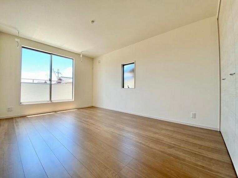 洋室 室内はシンプルな仕様となっており、それぞれの好みに合わせたインテリアで、趣味に合わせてレイアウトしやすくなっております。