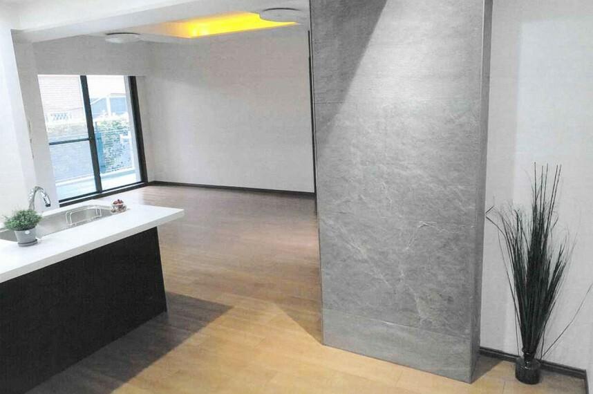 キッチン LDKにはおしゃれな石調デザイン柱LED照明付デザイン折上天井を採用しています。
