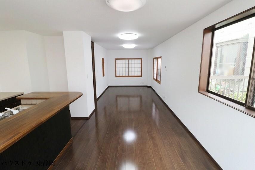 居間・リビング 奥行のあるリビングのため、用途ごとのスペースが区切りやすくなっています。