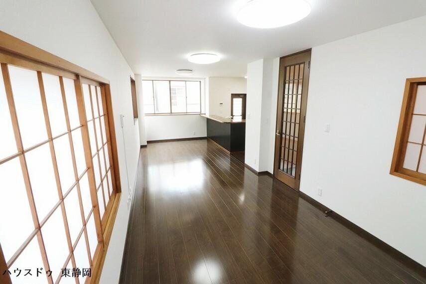 居間・リビング 和室だったスペースは障子をそのまま使用しています。光を取り込みながらもプライバシーをしっかりと守れます。