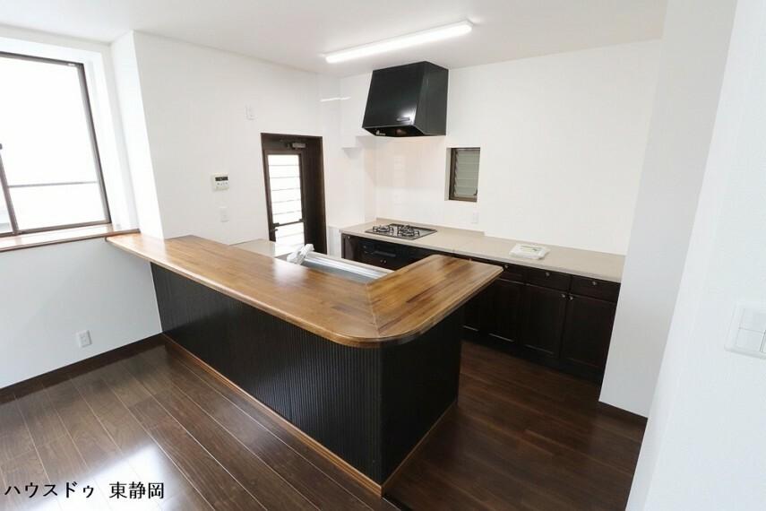 キッチン カウンターと作業スペースの広いII型キッチンは、複数人でお料理をするのが楽しくなる作りになっています。