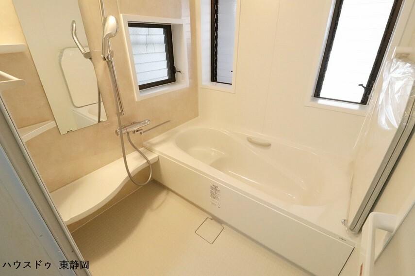 浴室 二面に窓があるため風通しの良い浴室です。車庫内に窓があるため安心して窓を開けられます。
