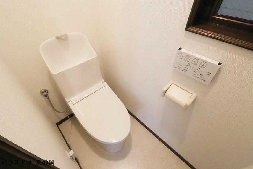 トイレ 大人も子供も快適に使用できる洗浄機能付きトイレです。
