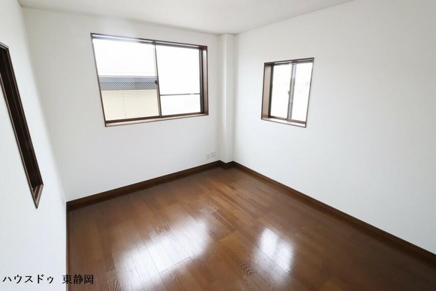 洋室 三階間取り図上部の居室。二面採光で通風良好