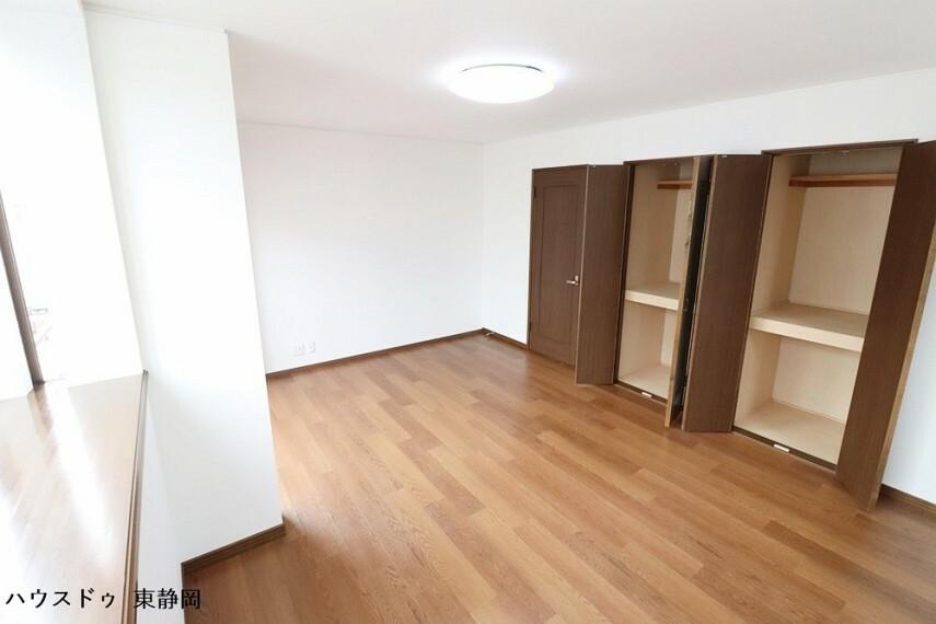 洋室 三階間取り図下部の居室。クローゼットが二つあるため、ご夫婦でそれぞれをご利用いただけます。