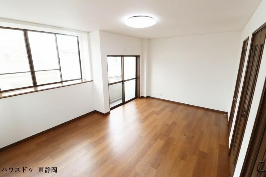 洋室 三階間取り図下部の居室。バルコニーへ出ることができます。布団や毛布等、大きなものを干すのに便利なお部屋。