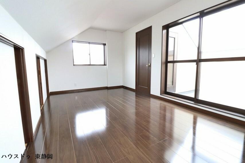 洋室 四階居室。三面採光の明るいお部屋です。大きな窓からはバルコニーへ出ることができます。