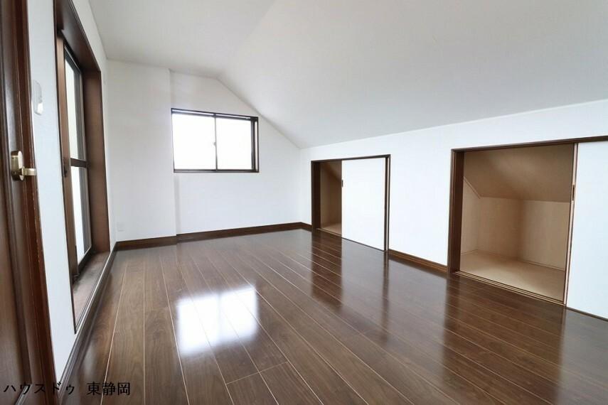 洋室 四階居室。日当たりが良いのでランドリールームとして使用しても良いですね。収納もあり、納戸としても利用可能。