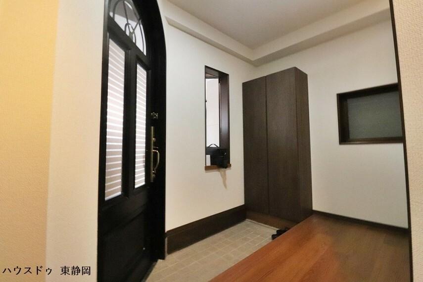 玄関 シューズボックスのある玄関です。印象的なアーチ状のドアが可愛らしいですね!