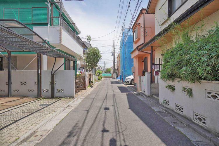 現況写真 比較的交通量の少ない前面道路。小さいお子様と一緒でも、安心してお散歩ができますね。