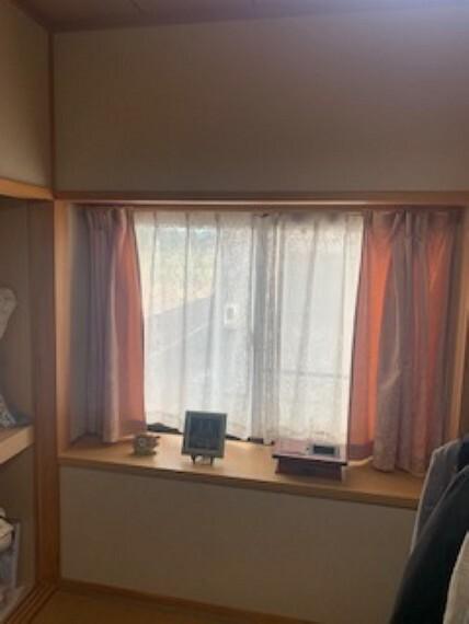 和室 窓際にはちょっとした小物を置くスペースも