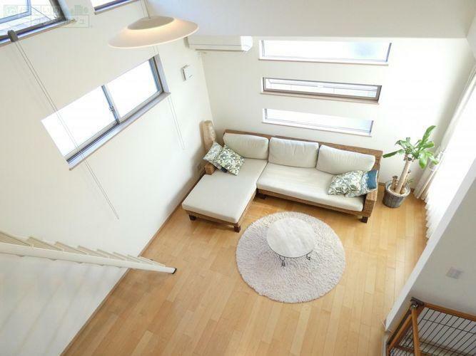 リビングダイニング 《ロフトから見たリビング》リビングはロフト付きで天井も高く明るく開放的な空間。リビング横に2帖のタタミコーナーがあるのもポイント!洗濯物を畳んだり、お子様のプレイルームにピッタリです。
