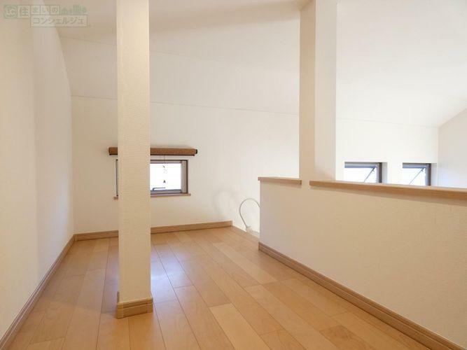 収納 《小窓付きの明るいロフト》旦那さんのテレワークや趣味のスペース、収納としてお使い頂くものオススメです。