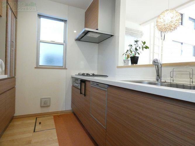 キッチン 《風通りの良いキッチン》小窓があり明るく開放的なキッチン。水回りもとても綺麗にお使いです。床下収納があるので手作りの果実酒やシロップなど、陽に当てずに保管したいものはこちらに。