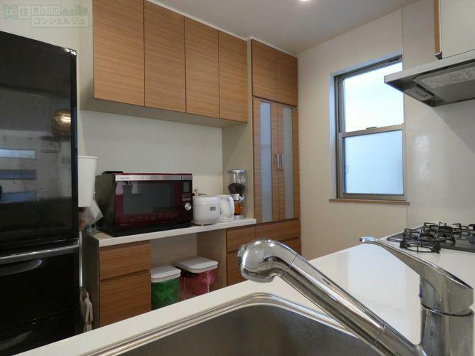 キッチン 《カップボード付きのキッチン》備付けのカップボードがあるので食器や料理器具をスッキリしまえます。