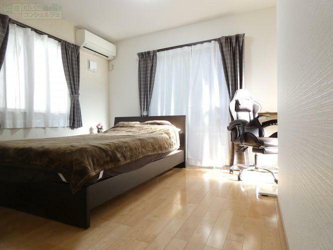 寝室 《6.5帖のWIC付き洋室》玄関からすぐの洋室は3面採光でとても明るい洋室です。WICは仕切り付き。ご夫婦で分けて使えて便利です。