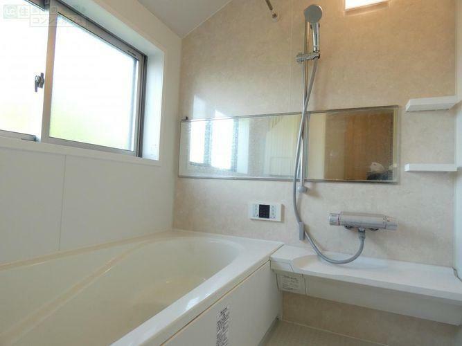 浴室 《大きな窓付きの浴室》浴室暖房乾燥機付きなので、乾燥機能を使えば、雨の日も花粉の辛い時期も安心してお洗濯できます。