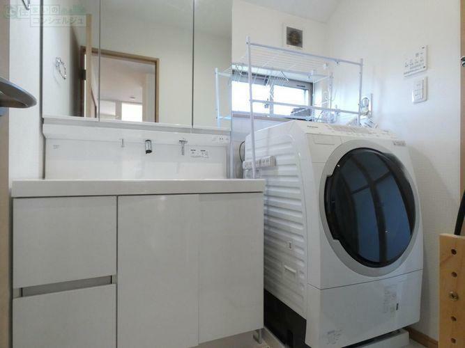 洗面化粧台 《白を基調とした明るい洗面所》使い勝手の良い三面鏡で身支度が楽しみになります。