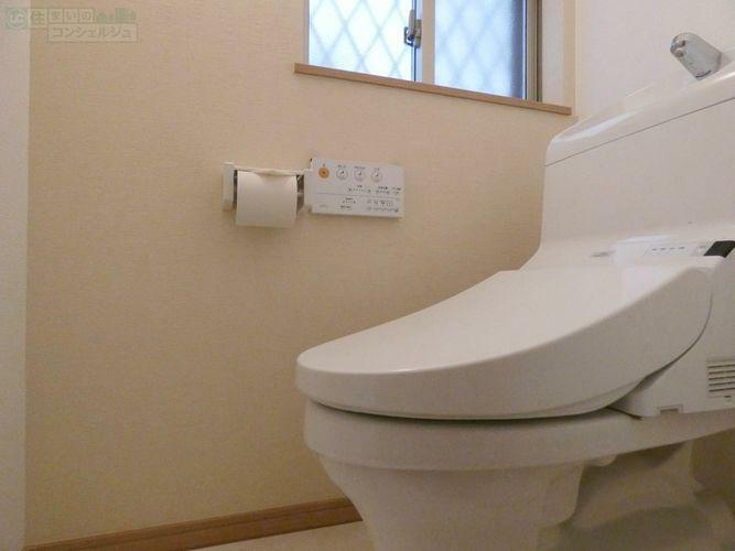 トイレ 《トイレ》小窓が付いているので、換気も出来て清潔です。節水型のトイレは家計に嬉しい設備です。