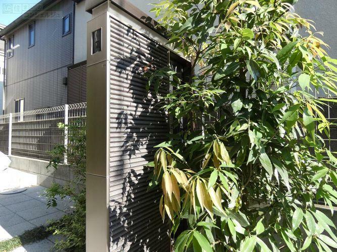 玄関 《表札&インターフォン》四季折々の植栽を楽しめる玄関。自転車を止めるスペースにもゆとりがあるのでご家族分を充分停められます。